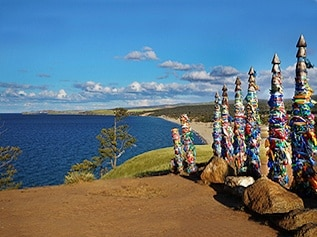 Gebetsfahnen am Ufer des Baikalsees