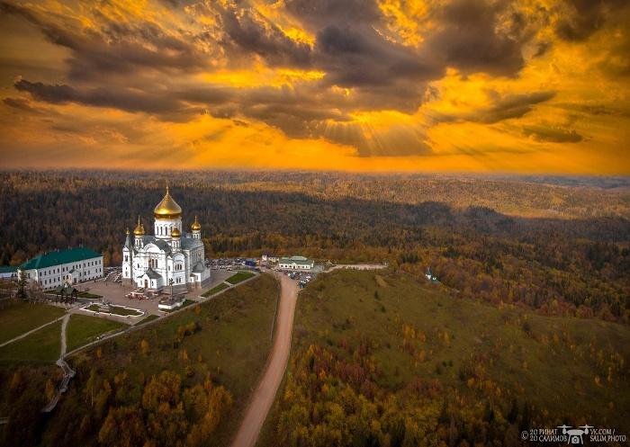 Kloster Belagorsk in der Hügellandschaft