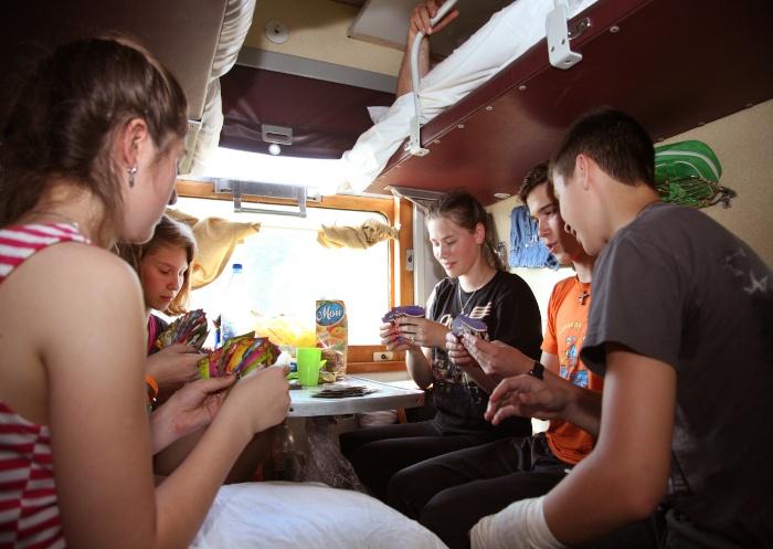 Eine Gruppe von Jugendlichen die Karten spielen in ihrem Abteil in der Transsib