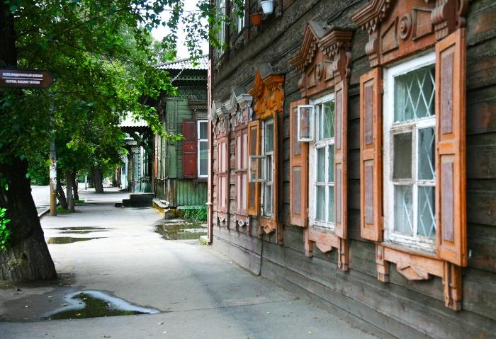 Straße mit alten Holzhäusern in Irkutsk