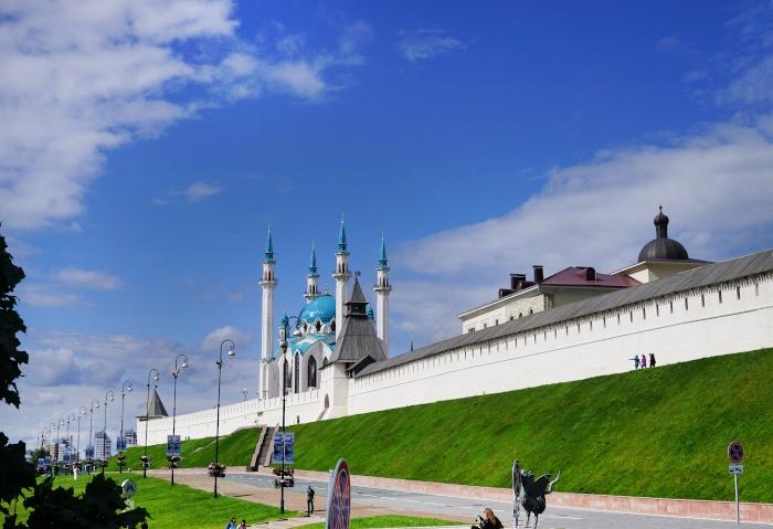 Die weißen Kremlmauern mit der Kul-Scharif-Moschee in Kazan