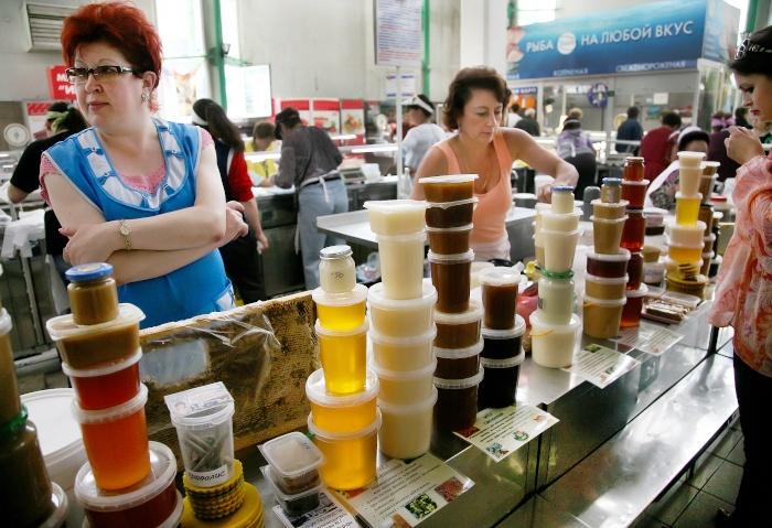 Honigverkäuferin auf dem Markt in Nowosibirsk