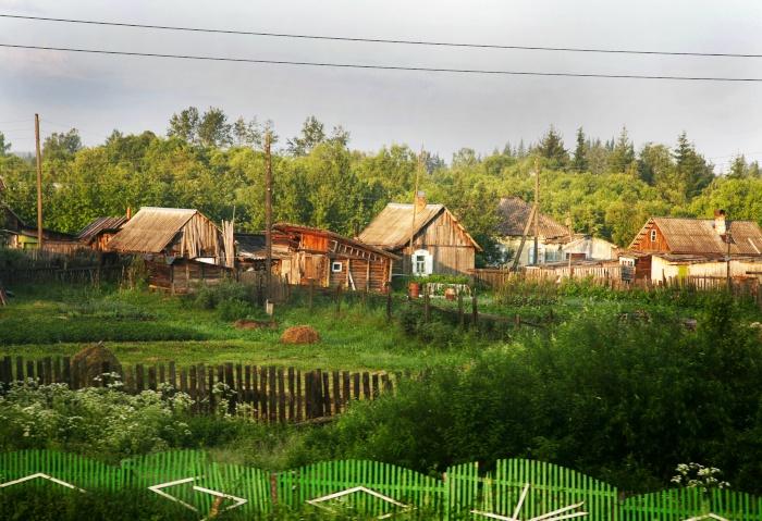 Kleine Holzhütten die an der Transsib liegen