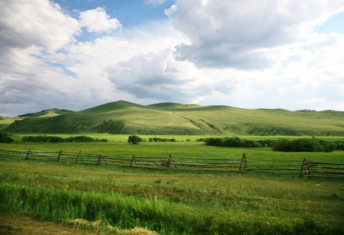 Grüne Hügel am Straßenrand in Russland