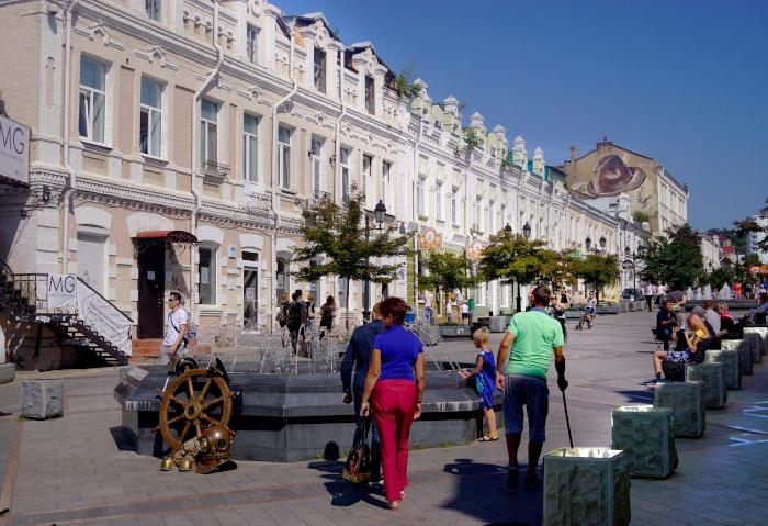 Verzierte Häuser an einer Fußgängerpassage in Wladiwostok