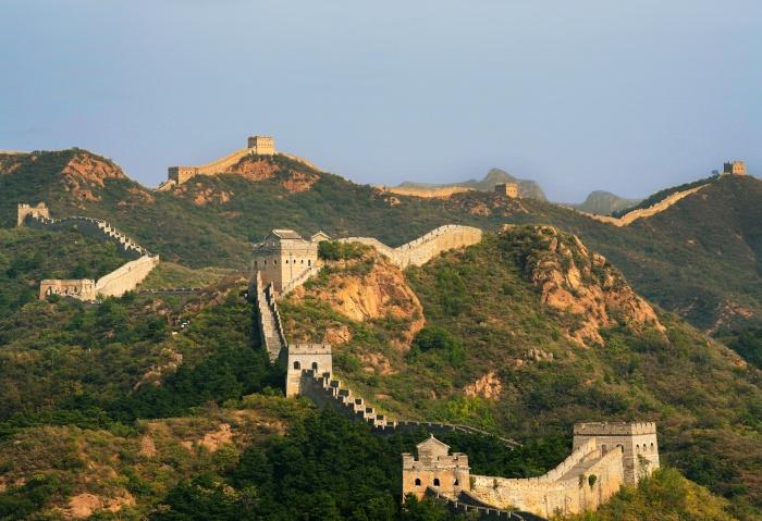 Die Chinesische Mauer schlängelt sich über eine Berglandschaft