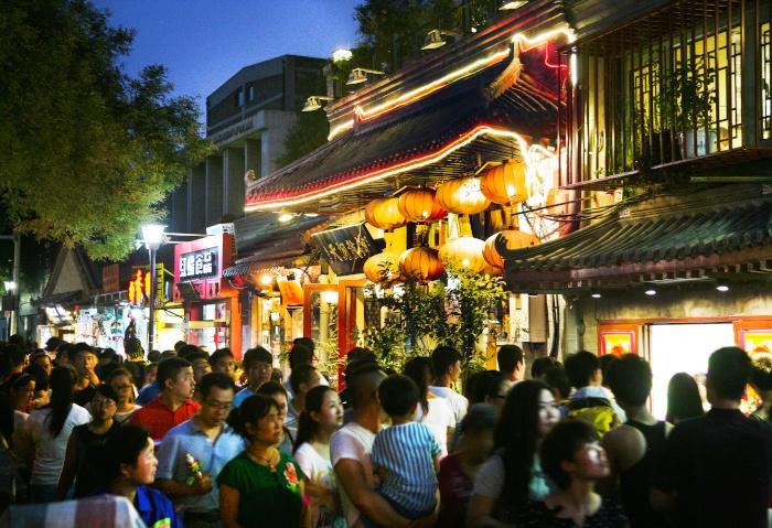 Mit Laternen verzierte Straße in Peking