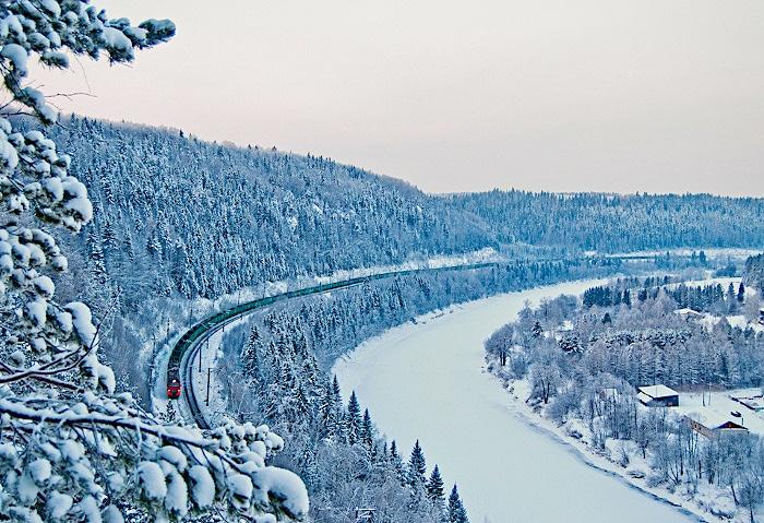 Die Transsibirische Eisenbahn schlängelt sich durch das zugeschneite Sibirien