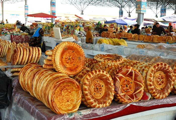 Verziertes Fladenbrot auf einem Markt in Usbekistan