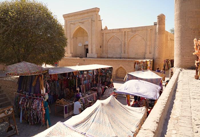 Kleiner Mark in den engen Gassen von Chiwa in Usbekistan
