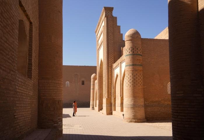 Enge Seitengasse in der Altstadt in Chiwa, Usbekistan