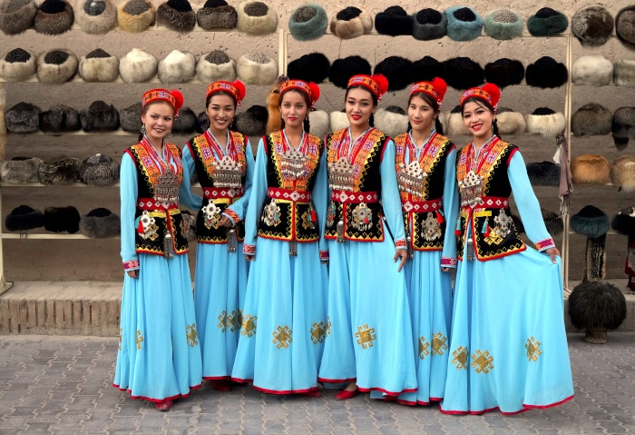 Usbekinnen in traditionellen Kleidern