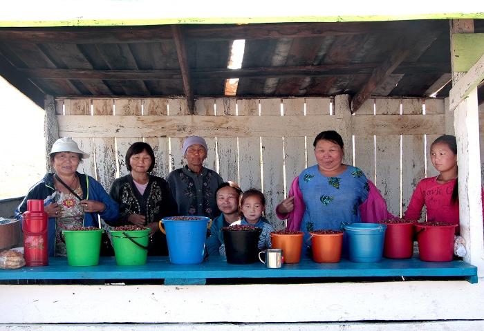 Tuwininnen beim Beerenverkauf in Tuwa, Russland