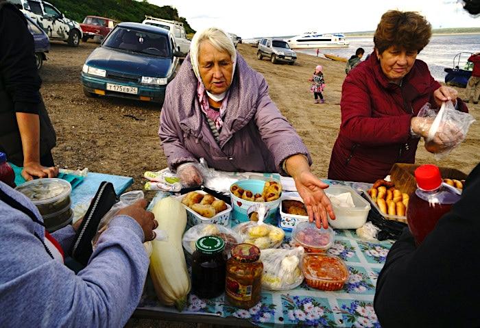 Markt am Ufer des Jenisej, Russland