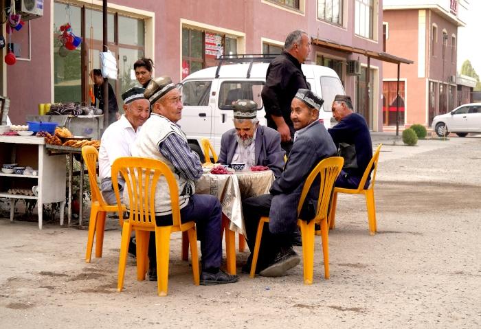 Traditionell gekleidete Usbeken trinken Tee in Usbekistan