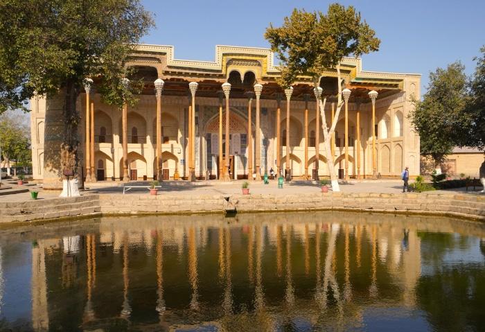 Verziertes Haus an einem Teich in Buchara, Usbekistan