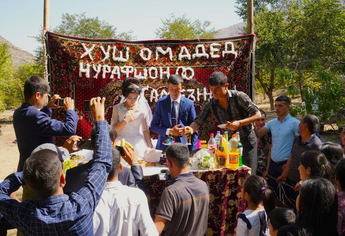 Brautpaar von einer Dorfhochzeit bei Samarkand, Usbekistan